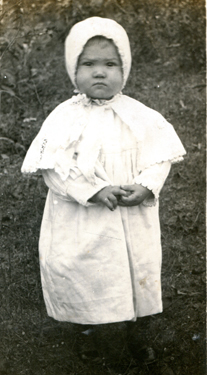 Old-photo-girl-with-bonnet